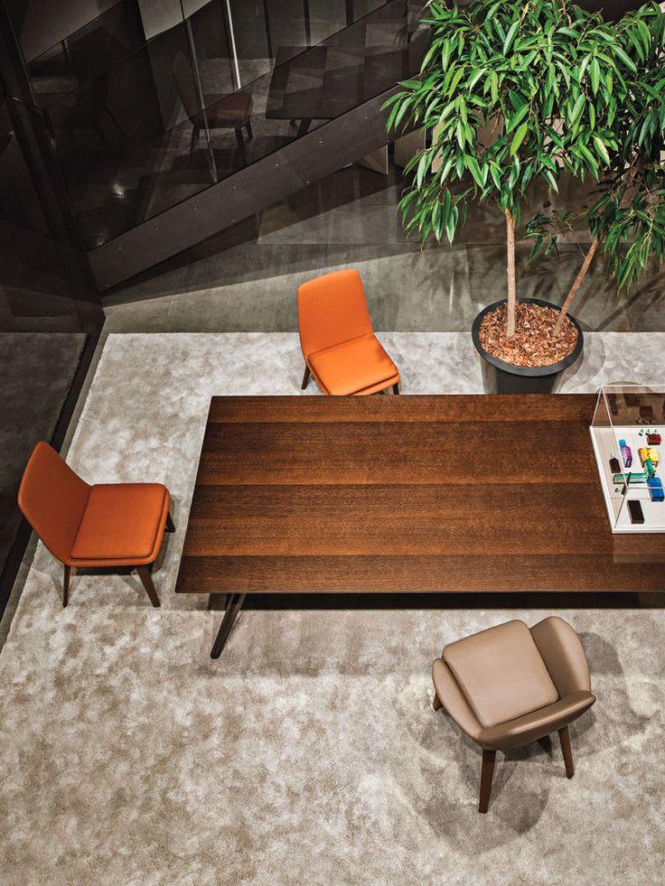 TABLES -  EN | EVANS Ogni dettaglio del tavolo Evans racconta la complessità che si nasconde in una semplicità soltanto apparente. Le gambe - tre per le versioni con