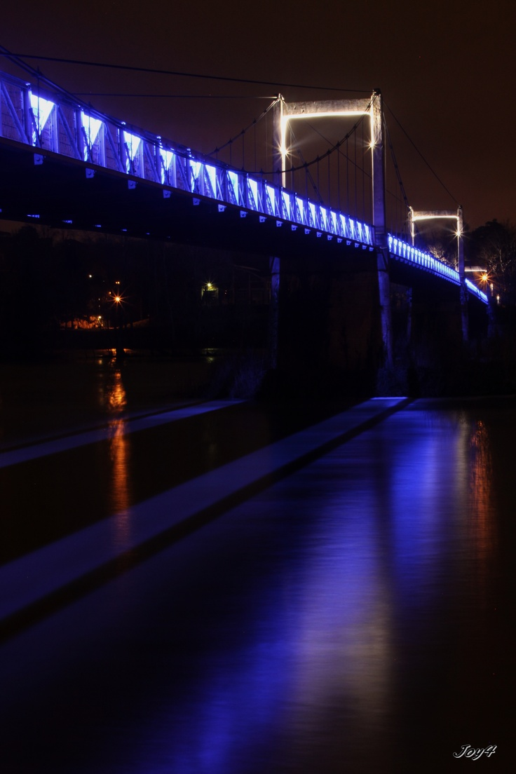 Tours de nuit, pont de fil.