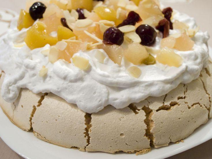 Desertul usor, de care te indragostesti la prima degustare. Combinatia ideala intre bezea crocanta, frisca aerata si fructe.