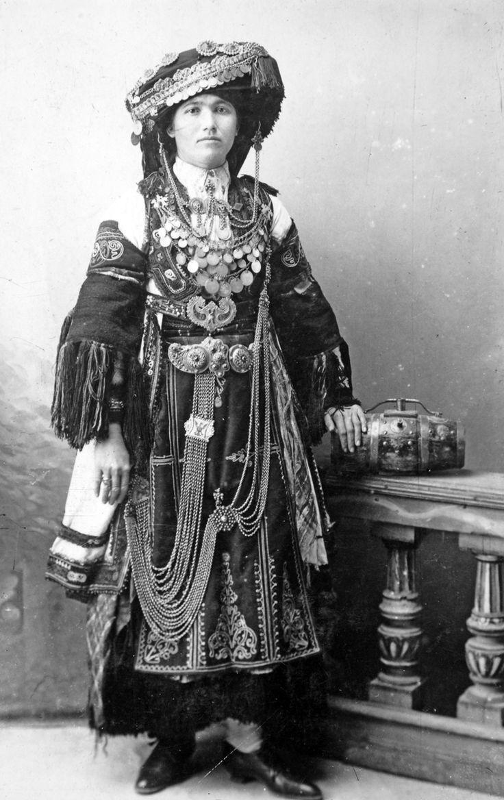Φωτογραφία Καραγκούνας από τα Τρίκαλα, Θεσσαλία. Αρχές 20ού αιώνα. Φωτογραφικό Αρχείο Μουσείου Μπενάκη, Αθήνα. Photo of a Karagouna from trikala, Thessaly. Early 20th c. Benaki Museum Photographic Archive, Athens