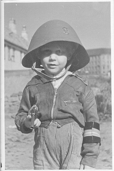 Barn leger frihedskæmper i maj 1945 (ukendt) Frihedsmuseets Billedarkiv http://erez.natmus.dk/FHMbilleder/Site/index.jsp
