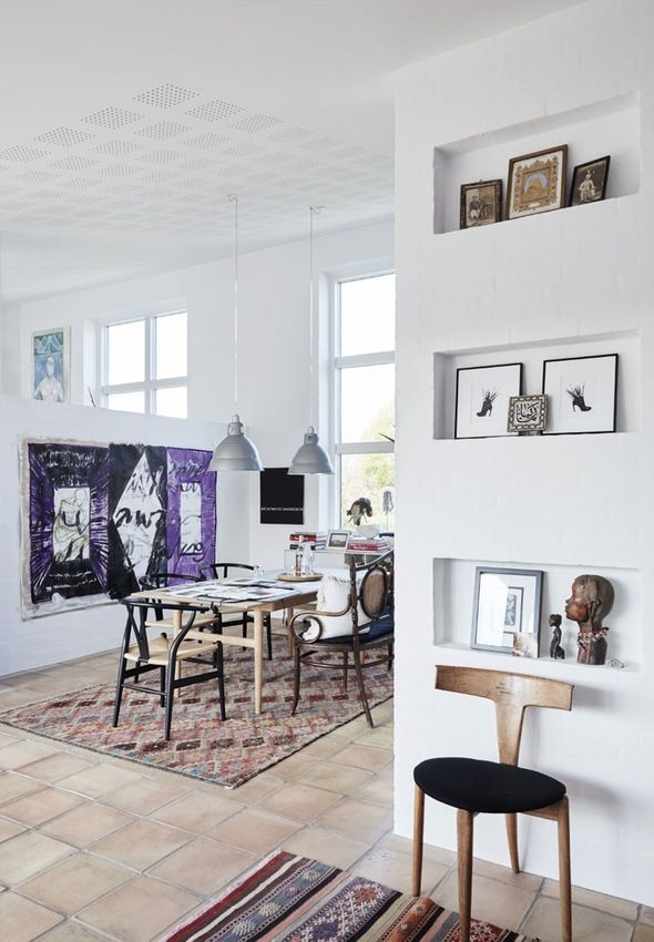 Modern and bright dining room with high ceilings and dining furniture by the danish designer Hans J. Wegner.