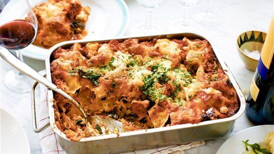 Sätt ugnen på 200 grader. Fräs lök, vitlök och paprika i en gryta tillsammans med rikligt av olivolja och tomatpuré. Tillsätt krossad tomat och timjan. Låt såsen koka ihop ca 15 minuter. Krydda med salt och peppar. Varva sås, spenat, ricotta och lasagneplattor i en ugnsfast form. Avsluta med sås och mozzarella på toppen. Grädda lasagnen i mitten av ugnen ca 30 minuter. Låt gärna vila ca 10 minuter innan servering.