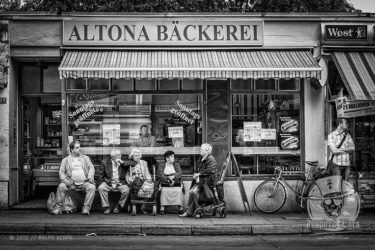 Street // #urban #Altona #Bäcker #Kaffeepause #BnW  #schwarzweiss #Streetphotografie #Fotografie #Fotograf #Photography #blackandwhite #blackandwhitephotography / gepinnt von www.KERPA.com