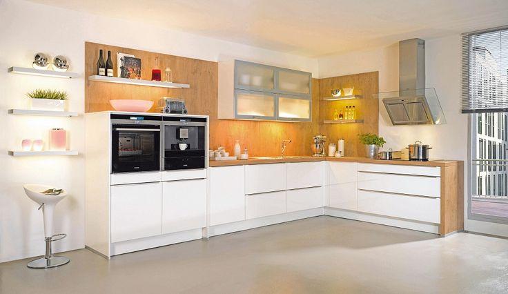 Weiße Küche mit Massivholz Arbeitsplatte