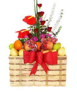 Memberikan parsel buah tidak hanya menunjukkan perhatian Anda, tetapi juga keunikan Anda dalam memilih hadiah. Sebuah keranjang buah dan bun...