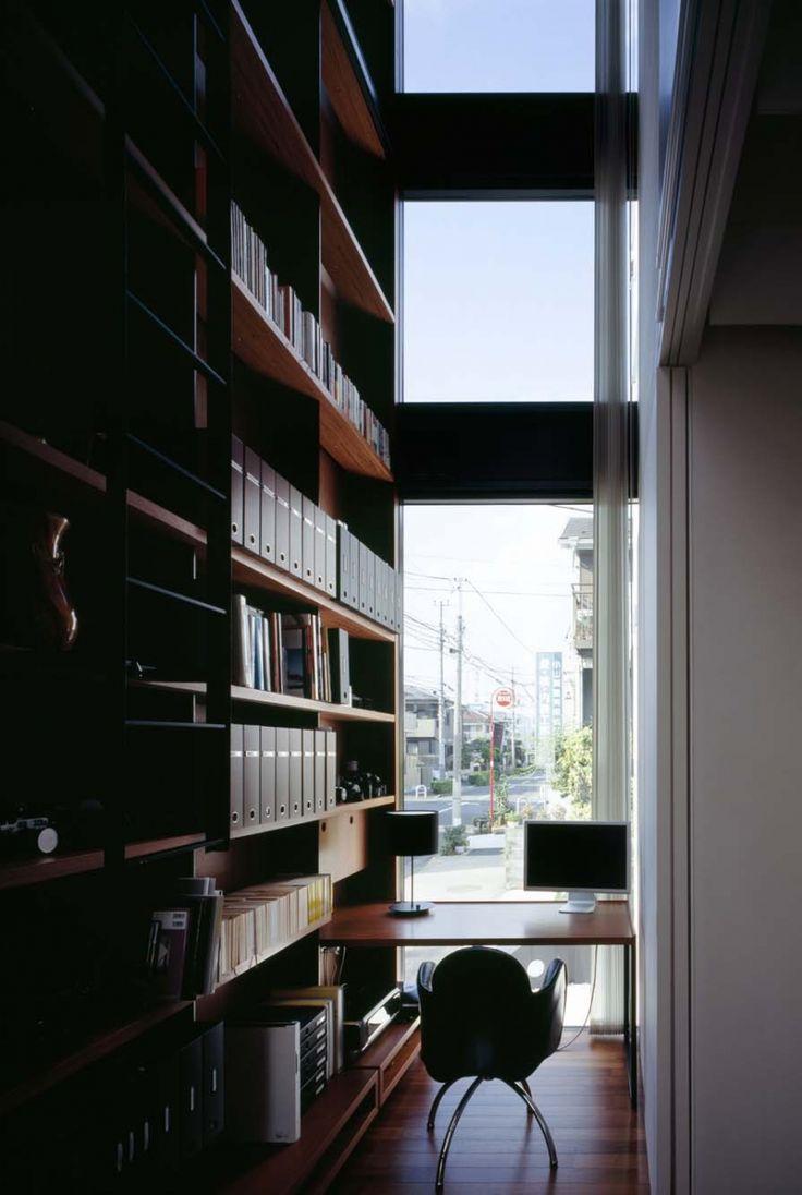 2畳に満たない小さな面積ながら2階吹抜の本棚と窓に面した見晴らしのよい書斎 専門家:津野恵美子が手掛けた、垂直にのびる書斎(スキマのある家)の詳細ページ。新築戸建、リフォーム、リノベーションの事例多数、SUVACO(スバコ)
