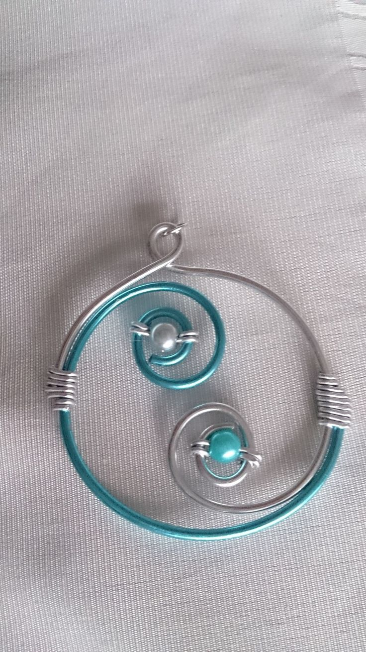 Pendentif N°33, bijoux fantaisie en fil aluminium argenté et turquoise : Pendentif par mandy-fantaisie