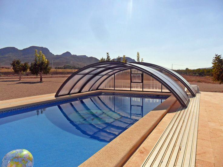 Posuvné zastřešení bazénu UNIVERSE dokáže prodloužit koupací sezónu od jara do podzimu
