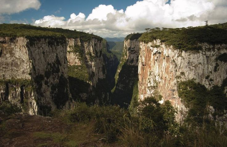 Cambará do Sul (Rio Grande do Sul) Antessala para os parques nacionais da Serra Geral e Aparados da Serra, a gaúcha Cambará do Sul é o trampolim perfeito para duas das mais belas paisagens do país, os cânions Itaimbezinho e Fortaleza.