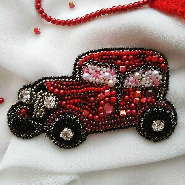 Мечта каждой девушки - красный автомобиль!!! Выполнен из материалов премиум класса: чешский и японский бисер кристаллы Сваровски, хрустальные бусины, стразовая лента ♥️