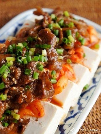韓国風のスタミナ冷やっこです!キムチもたっぷりで、夏バテ対策にもいいかもしれませんね。 ポイントはコチュジャンを混ぜたポン酢ダレ♪