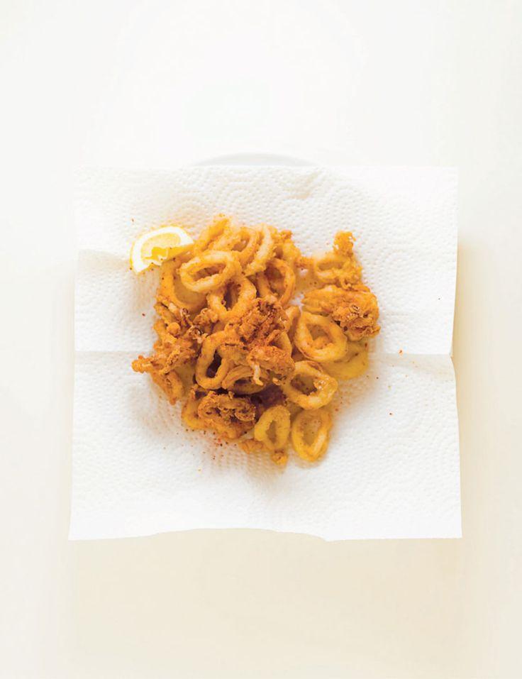 Calmars frits à la fleur de sel et au piment d'Espelette. 500 ml (2 tasses) de calmars nettoyés 250 ml (1 tasse) de lait Sel de mer Poivre frais moulu 250 ml (1 tasse) de farine 15 ml (1 c. à soupe) de concentré de bouillon de poulet en poudre Huile d'olive extra vierge en quantité suffisante Fleur de sel Piment d'Espelette Citrons jaunes ou verts en quartiers #calmar #frit #piment