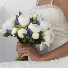 Boeketten witte pioenrozen en paarse bloemetjes