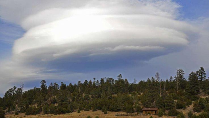Nubes lenticulares  Parecen una enorme lenteja blanca flotando en el aire, o a ojos de los más imaginativos, la prueba de que existen los ovnis. Son nubes estacionarias que se forman en zonas montañosas, normalmente en perpendicular a la dirección del viento.