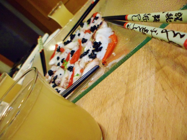 Carpaccio de polvo com caviar e shots de caipirinha