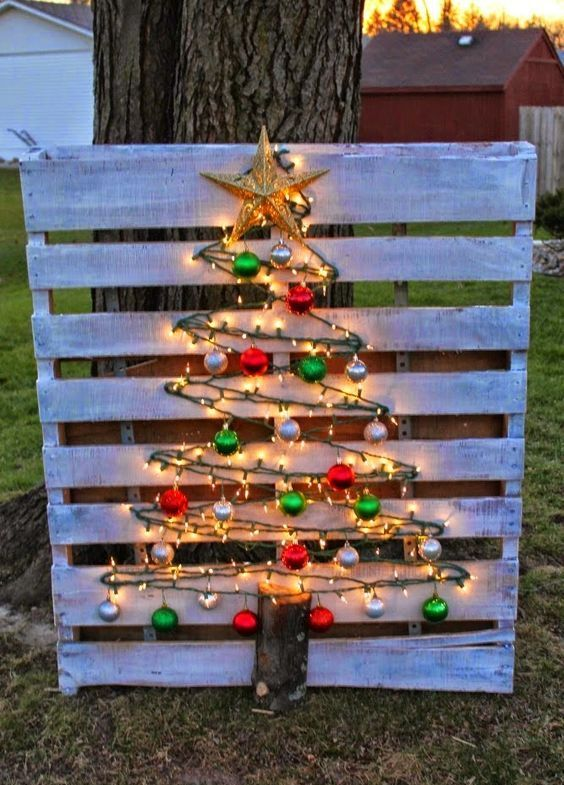 25 whitewashed pallet sign and a tree made of lights and ornaments - DigsDigs