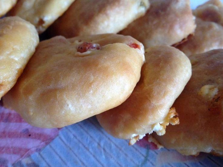 Πιτακια με γεμιση πιτσας    Ζυμη  500γρ αλευρι γοχ  1 φακελακι ξερη μαγια  250γρ χλιαρο γαλα  1/2 κγλ αλατι  2 κ.σ λαδι    Γεμιση  Τριμμενη φετα και γκουντα τριμμενα  1 πιπερια πρασινη ψιλοκομμενη  Μπεικον  Ντοματα σε κυβακια χωρις ζουμια  Ριγανη,πιπερι    Εκτέλεση  Ζυμωνουμε ολα τα υλικα μαζι μεχρι να εχουμε μια απαλη