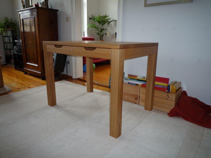 Schreibtisch © www.buchenblau.de Dieser besondere Tisch hat zwei Schübe mit Griffmulden zum Herausziehen - das ist an beiden Längsseiten des Tisches möglich! So lässt sich viel Krimskrams verstauen und wiederfinden. Als Schreibtisch verwendet, finden Dokumente Platz, in der Küche diverse Kleinigkeiten, Zettel, Rezepte u.v.m.
