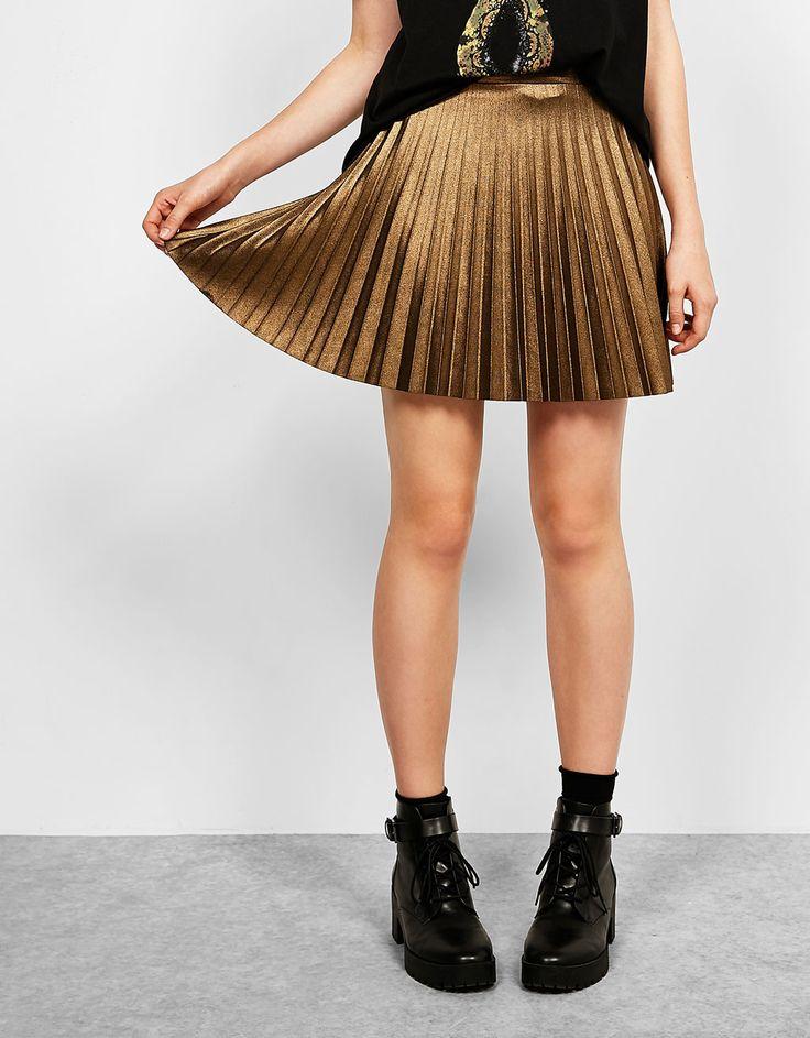 Falda corta plisada metalizada. Descubre ésta y muchas otras prendas en Bershka con nuevos productos cada semana