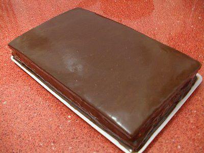 GLAZURA:   150 g ciocolata (75 g amaruie, 75 g cu lapte)  100 ml frisca lichida  30 g unt  Pune frisca intr-un vas la incalzit,  apoi punem ciocolata si untul, omogenizam bine pana se topeste toata ciocolata. Turnam peste tort cand este doar putin calduta.