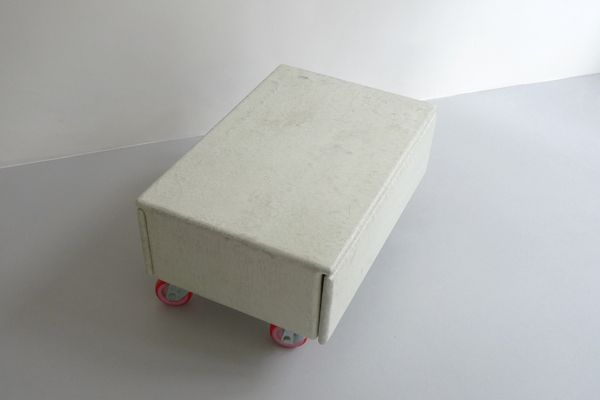 Mobiele salontafel van hout, polyester en rode wielen. Mobile sidetable made of wood, polyester and red wheels.