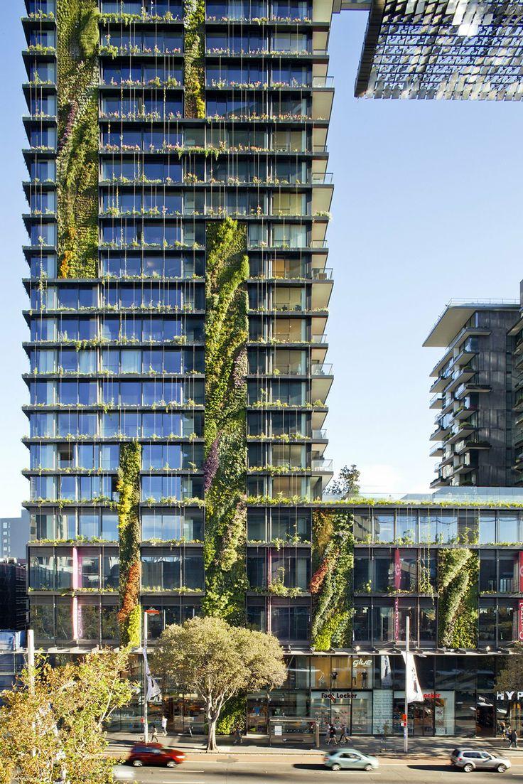 """Сиднейский """"One Central Park"""" признан лучшим новым высотным зданием азиатско-австралийского региона. 117-метровое жилое здание по всей высоте покрыто живыми растениями — уникальное инженерное решение для строения такой высоты. Адрес: 28 Broadway, Сидней."""