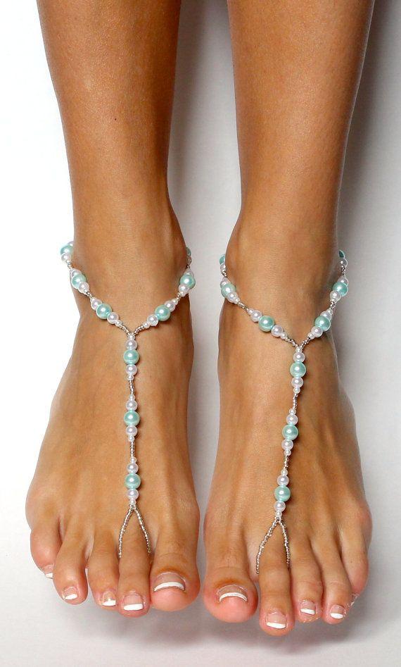 Deze delicate barefoot bruiloft sandalen kunnen zijn de perfecte aanvulling op uw strand bruiloft en uw iets blue en iets nieuws. Eenvoudig ontwerp zorgt voor comfortabele slijtage en prachtige uitstraling. Vervaardigd met zeer bleke blauwe parels, witte zoetwaterparels, Rocailles en verstelbare sluiting op de rug.  Deze sandalen zijn zeer gemakkelijk te dragen. Ze zal niet breken in het water of in het zand. Om te reinigen, simpelweg sinds onder koud water en pat droog.  De inspiratie voor…