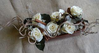 Composizione di fiori stabilizzati nei toni naturali con rami di nocciolo, foglie e cannella