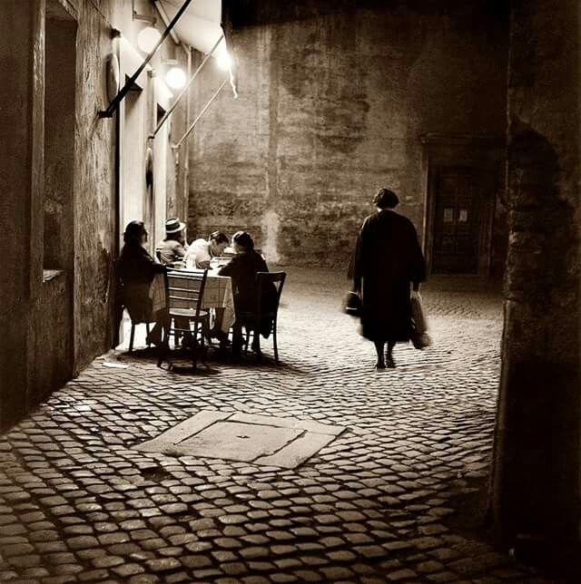 1957, vicolo santa maria in trastevere, quattro chiacchiere al bar dello sport...