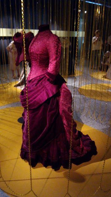 El gato en el taller Traje con polisón de 1888. En damasco, satén y terciopelo de seda. Perteneción a la reina Maria Cristina.
