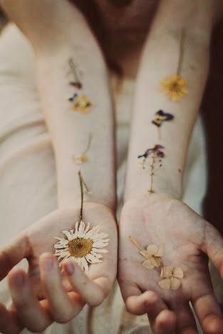 押し花タトゥーってありますやん? あれを真っ白な前腕の内側とかにやって、花に寄生されてると言うか、血…