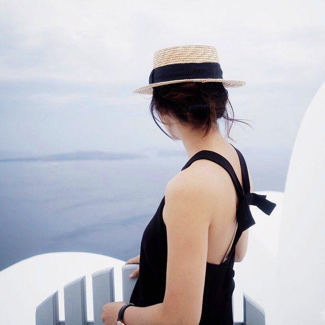 Canotier + chignon + robe noire floue et chic = le bon mix (instagram Aminuteawayfromsnowing)