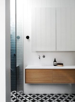 As in the kitchen, the concept of floating elements is articulated in the bathroom.