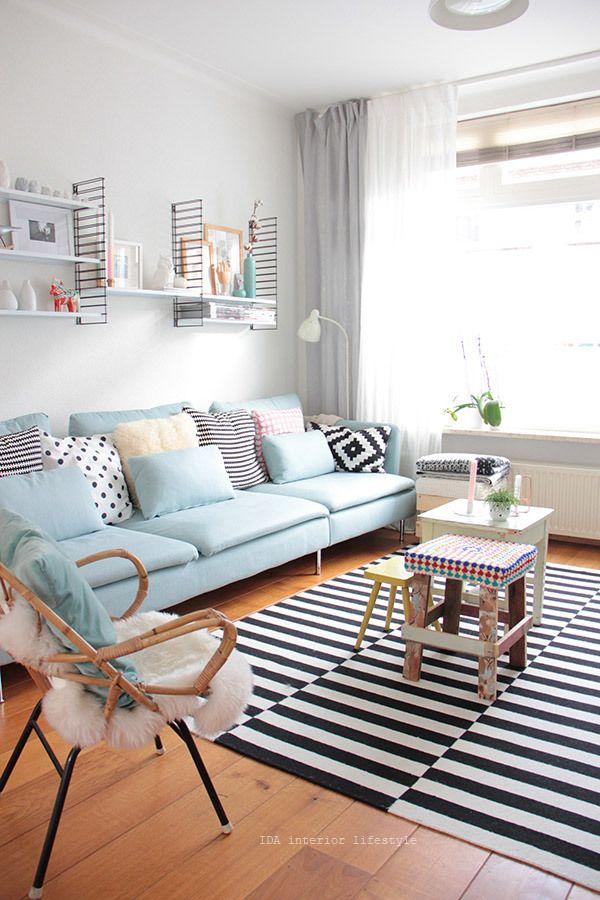 Tapis graphique, canapé bleu pastel vintage, chaise avec plaid en fourrure douillette... Intérieur cosy 2016