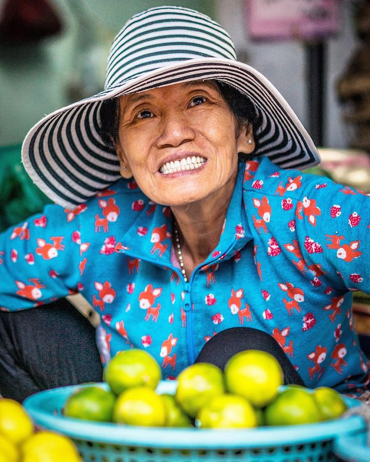 Now this will brighten your day! Very excited to pose for a portrait this market vendor's smile outshines everything in her proximity. Including those beautiful limes. She definitely brightened my day!  #saigon #hcmc #vietnam #a7ii #sony #streetmarket #somewhereinsaigon #ig_vietnam #saigontour #travel#travelpics #indochine #saigonese #vietnamese #cochinchine #travelgram #visitvietnam #igersvietnam #igersinvietnam #everydayvietnam #SEAsia