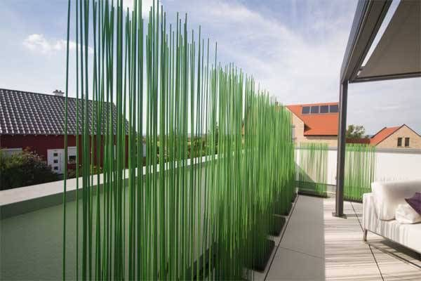 Terrassengestaltung mit Sichtschutz und Beleuchtung.