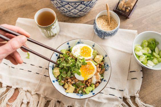 Rezept für japanisches Donburi mit Hähnchenfleisch und Avocade als leckeres Soulfood für den Winter