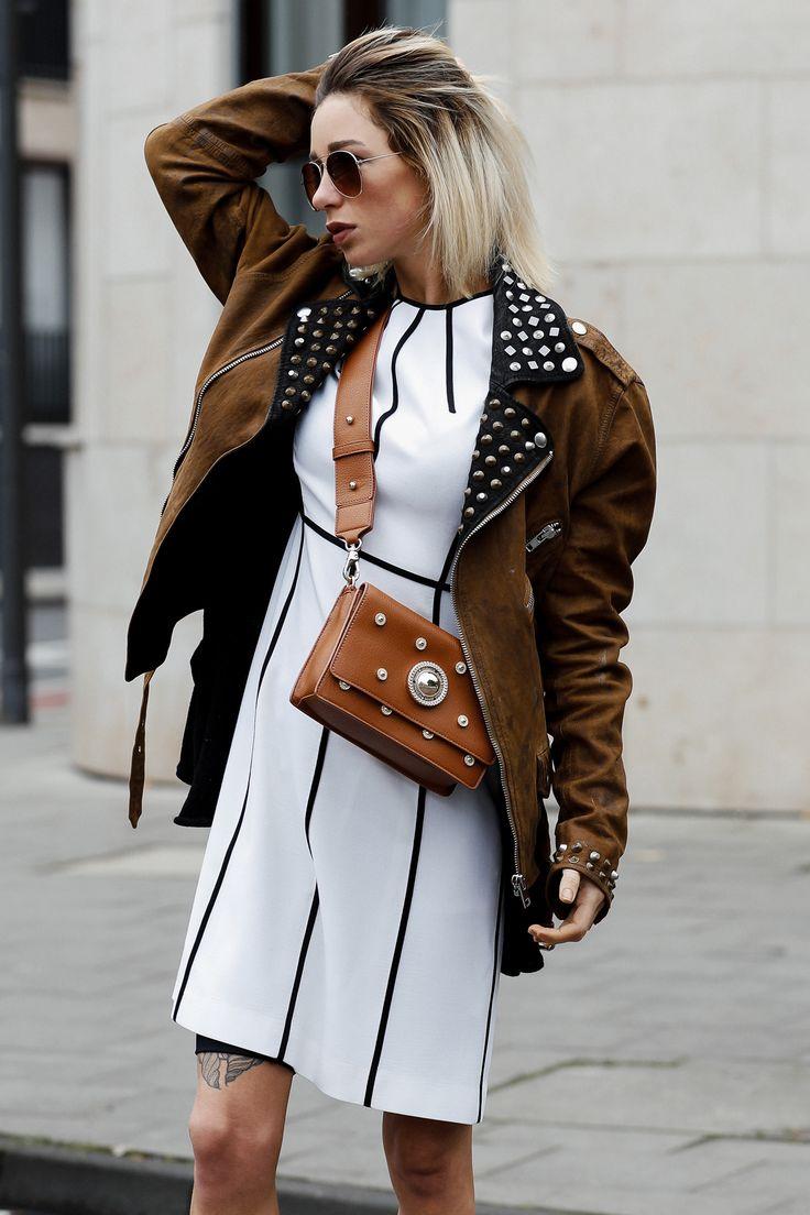 a Weißes Escada Kleid mit Diesel Bikerjacke und Versace Jeans Handtasche II Auf ihrem Fashion Blog stellt Jasmin Kessler ihr neustes Herbst Outfit vor. II Street Style Autumn 2017 2017-streetstyle-blogger-fashion-fw-diesel-escada-versace-couture-de-coeur-modeblog-influencer-high-fashion