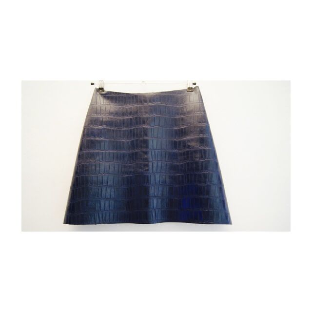 Falda de polipiel azul marino.