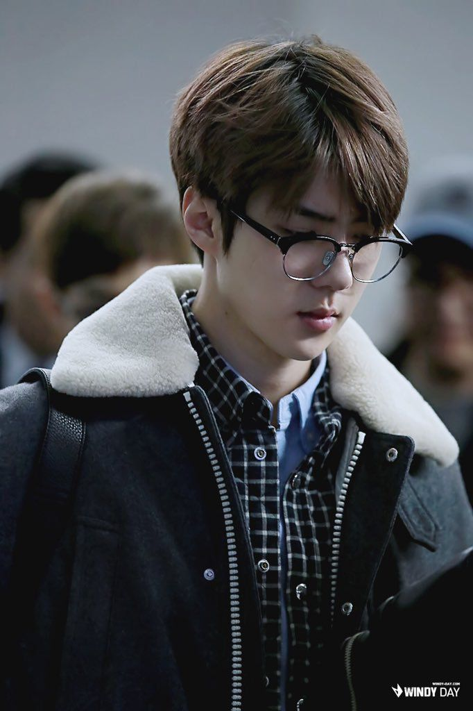 Sehun looks like a super smart yet sexy scientist. Wow, talk about alliteration