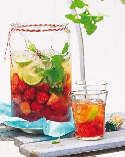 """Erdbeer-Bowle mit Cidre und Zitronenmelisse Der fruchtige Drink ist perfekt für laue Abende, in nur 15 Minuten fertig - und mit einem großen Schuss Portwein darin ziemlich beschwingend. <a href=""""/rezepte/rezepte/erdbeer-bowle-mit-cidre-und-zitronenmelisse"""">Zum Rezept: Erdbeer-Bowle mit Cidre und Zitronenmelisse</a>"""