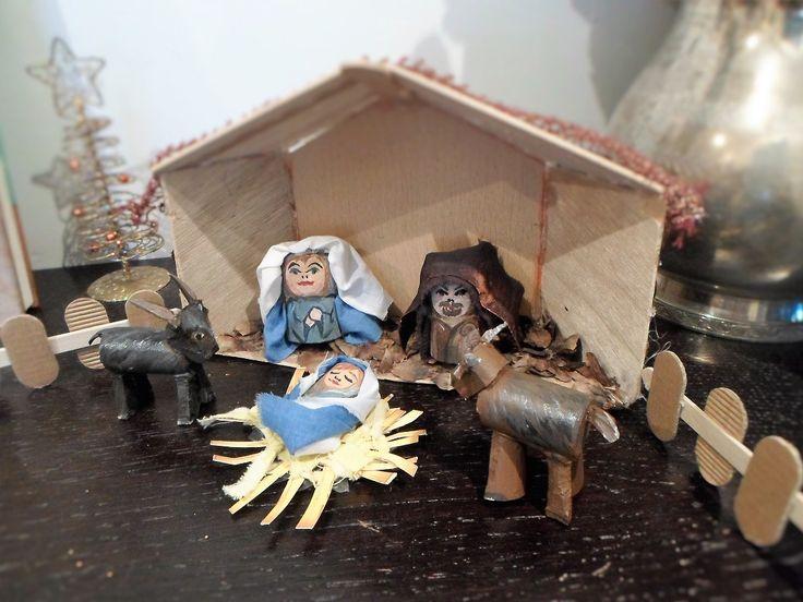 Il presepe di tappi... chiaramente è un presepe in divenire, quest'anno solo la Sacra famiglia, con il bue e l'asinello, il prossimo magari riusciremo a far arrivare almeno i re magi.