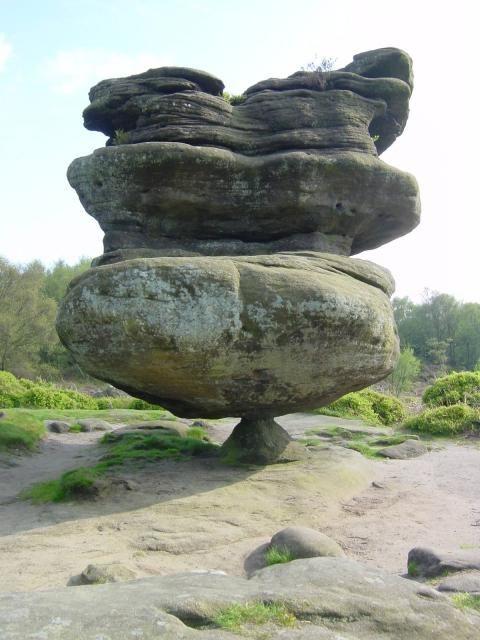 Essa fica localizada em North YorkShire, no Reino Unido; É tão incrível porque são várias pedras em equilíbrio. Idol Rock pesa 200 toneladas e é incrivelmente sustentada por apenas uma pequena pedra com o formato de uma pirâmide.