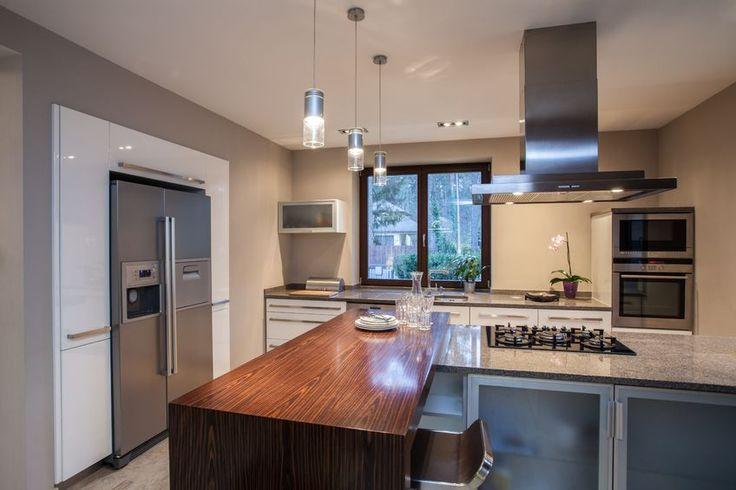 Wystrój przestronnej nowoczesnej kuchni. #design #urządzanie #urząrzaniewnętrz #urządzaniewnętrza #inspiracja #inspiracje #dekoracja #dekoracje #dom #mieszkanie #pokój #aranżacje #aranżacja #aranżacjewnętrz #aranżacjawnętrz #aranżowanie #aranżowaniewnętrz #ozdoby #kuchnia #jadalnia
