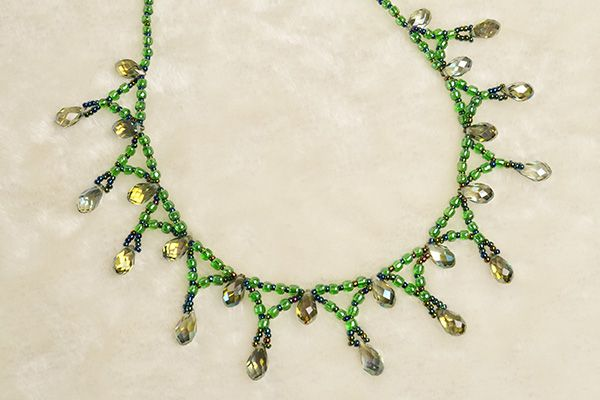 Here is the final look of the green seed beads necklace: