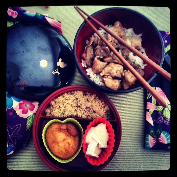 Bento by Tatiana  Taboulé en entré. Dinde au champignons accompagné de son riz thaï. En dessert petit gateau pomme cannelle et du fromage brie.