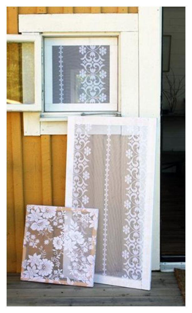 Put lace in a window. Maak een raam met kant. Of een lijst voor aan een gekleurde muur.