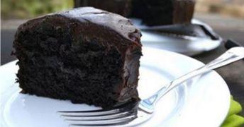 Denna tårta är så fantastisk att barnen bara vill ha mer. Glasyren är silkeslen och kakan känns lätt, men med en kraftfull smak av läcker choklad – och det är faktiskt vegansk (utan ägg och smör). Vi hittade detta recept på MyRecipies, och det hade helt enkelt varit dåligt om vi inte delar det med …