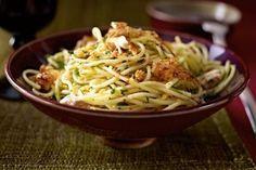 Das Rezept für Spaghetti mit Zitronenhähnchen und Knusperbröseln und weitere kostenlose Rezepte auf LECKER.de